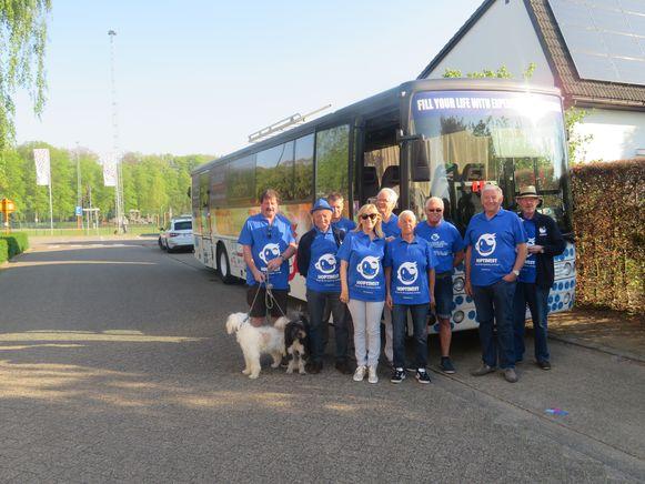 De Hoptimisten, met enkele fans, kort voor hun afreis richting Kroatië