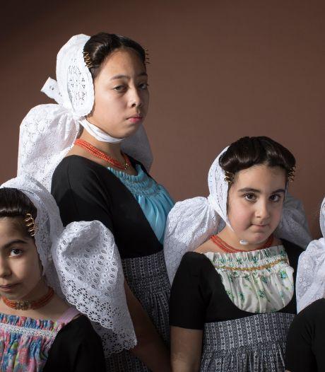 Vrije Zeeuwse meisjes in fotoboek van Rem van den Bosch