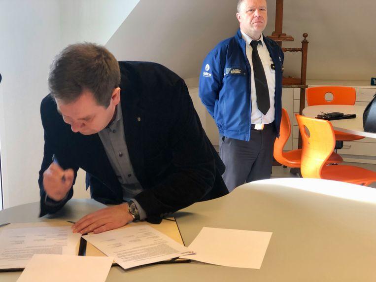 Burgemeester Steven Swiggers ondertekent het charter nadat korpschef Wim D'haese hetzelfde deed.