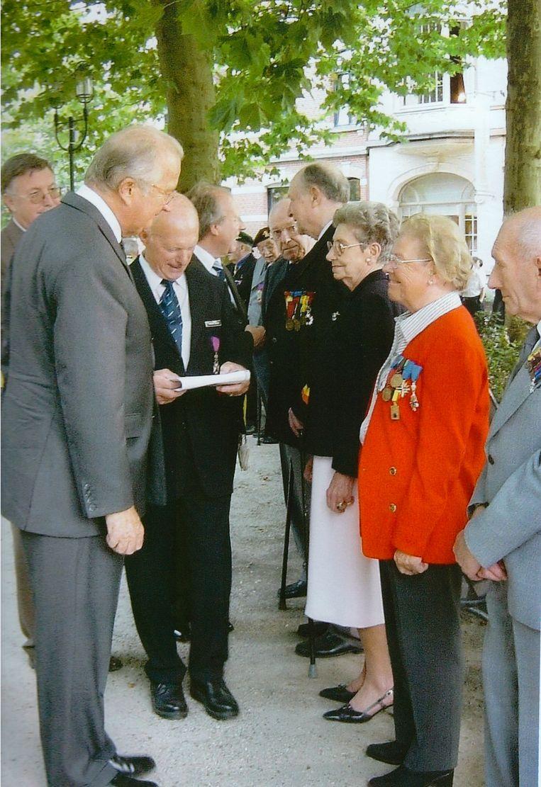 Théa Verspecht (in het rood) krijgt felicitaties van koning Albert II.