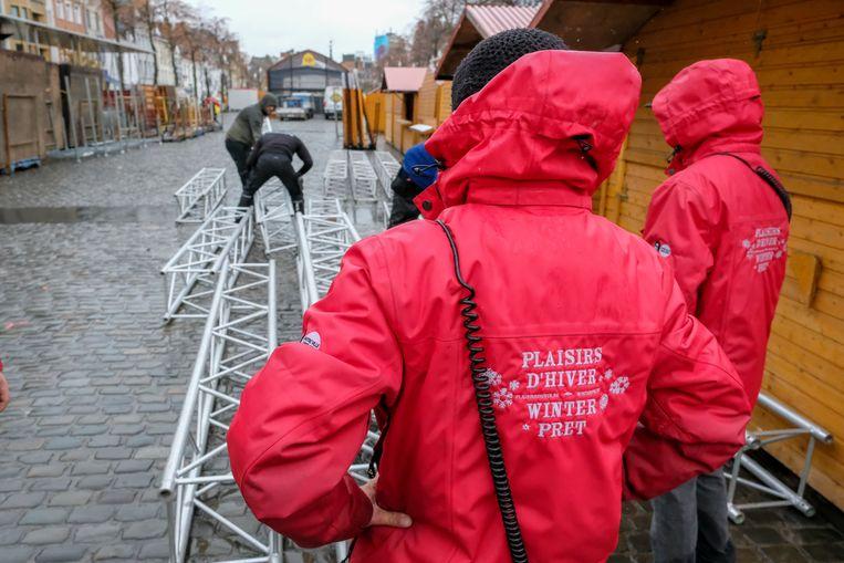 Op de Vismarkt is men al druk in de weer met de opbouw van de kerstmarkt.