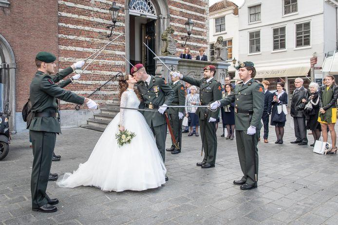 Bruid en bruidegom na de huwelijksvoltrekking in het stadhuis aan de Grote Markt in Goes.