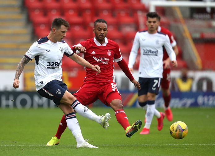 Funso Ojo (midden) in actie tegen Glasgow Rangers.