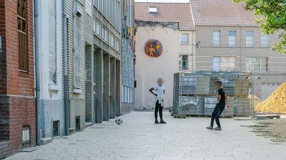 """Buren klagen overlast van voetballende hangjongeren aan: """"Ze trapten mijn rolluik aan diggelen"""""""