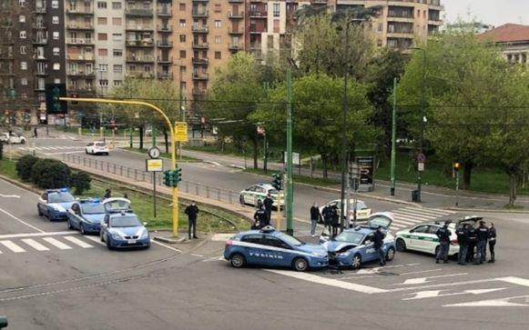 Een opmerkelijk beeld: twee politiewagens botsen in de verlaten straten van Milaan.
