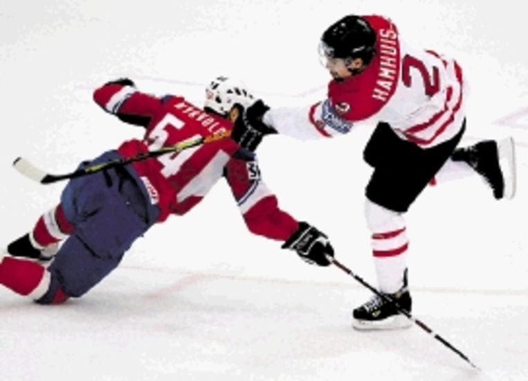 Fel duel tussen de Canadese ijshockeyer Hamhuis (r) en de Noor Myrvold. Canada won het duel tijdens het WK met 5-1. ( FOTO EPA) Beeld EPA