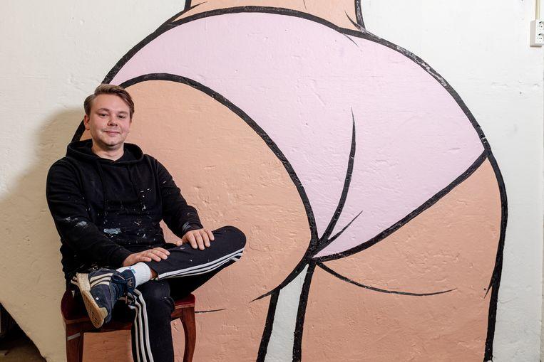 Kunstenaar Ravian van Beele, alias Ravian Derrière, voor een van zijn werken: 'Ik ga niet over het randje.' Beeld Jakob van Vliet