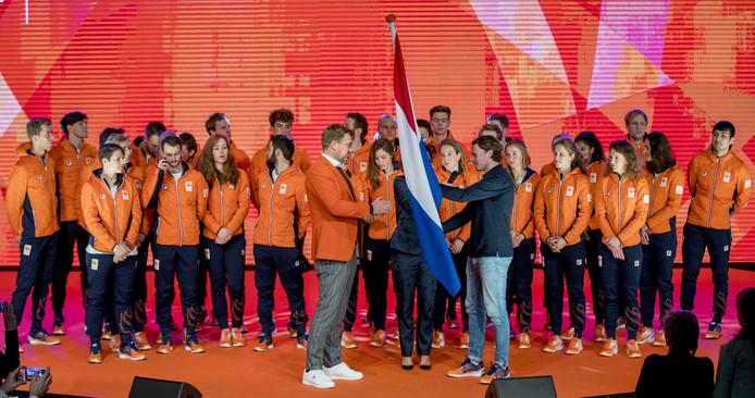 Chef de mission Jeroen Bijl Krijgt de vlag overhandigd tijdens de teamoverdracht van Olympic en Paralympic TeamNL voor de Olympische Spelen van Pyeongchang.