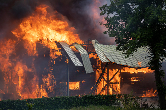 De brand in een loods aan de Sloterweg in Badhoevedorp zaterdagmiddag.