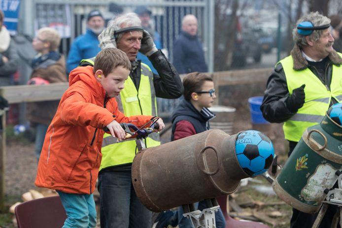Kinderen schieten met carbid hun bal weg uit een melkbus, enkele jaren geleden bij de wielervereniging ETP Zutphen.