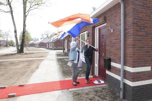 Bewoners van de  nul-op-de-meter-nieuwbouwwoningen aan de Karel Doormanweg in Nijverdal krijgen de sleutel. Mevrouw Wassink is de langst wonende bewoonster die terugkeert. Zij steekt de vlag uit.