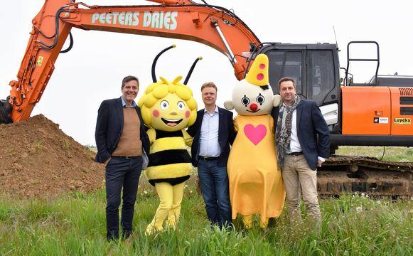Burgemeester van Landen Gino Debroux, Maya de Bij, Plopsa-CEO Steve Van den Kerkhof, Bumba en burgemeester van Hannuit Emmanuel Douette.