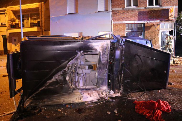 De bestuurder kantelde en ramde het tweede huis waarschijnlijk met het dak van de wagen.