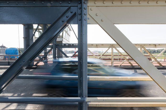 Aan de kant van De Hoven kleurt de brug gebroken wit. Het lak kan (en moet) daar nog een tijdje mee.