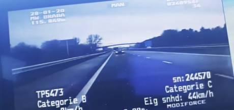 Opmerkelijk tafereel op A17 bij Oud Gastel: bestuurder wisselt van plek tijdens het rijden