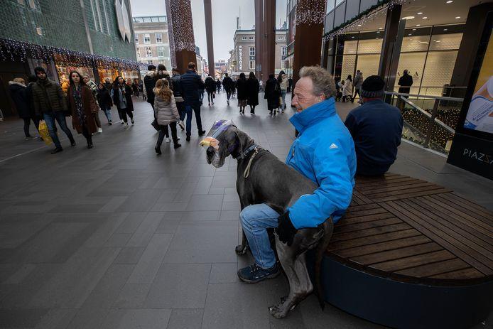 Eindhoven, zondagmiddag. Volop ruimte voor het winkelend publiek in de Piazza in de binnenstad.