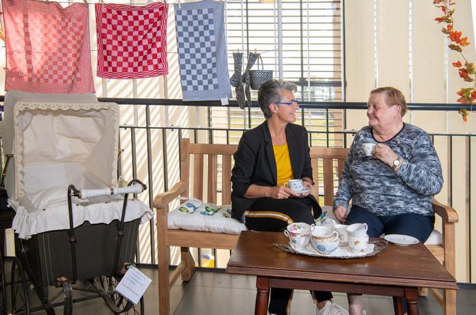 Manager Alien Tuinman (l) van 't Vlierhuis in Ommen drinkt in de 'washoek' thee met Jannie van Gerner. Het zorgcentrum probeert zoveel mogelijk aan te sluiten bij het vroegere leven van de cliënten en heeft een nieuw zorgconcept ingevoerd.