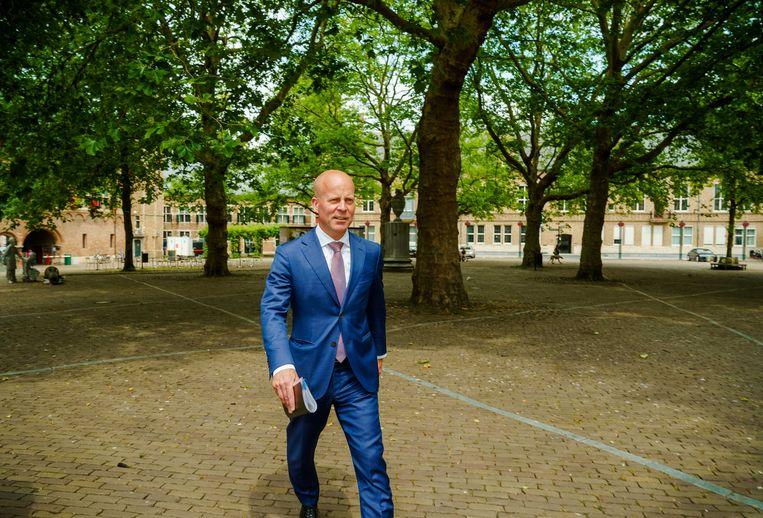 Staatssecretaris Raymond Knops (Binnenlandse Zaken) bij aankomst bij het provinciehuis in Middelburg. Beeld ANP/Marco de Swart