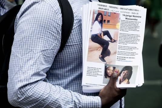 Een flyer met informatie over de 14-jarige Nsimire Massembo die sinds 27 juli is vermist.