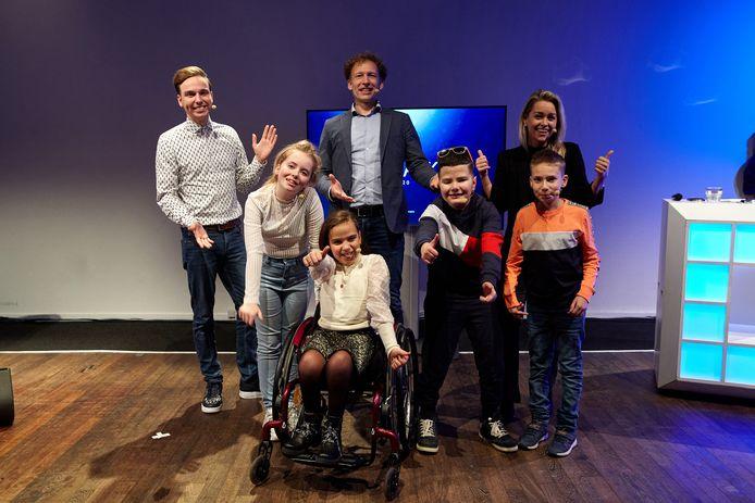 Leona Snoeij uit Rockanje (blonde meisje links) en Hüseyin Taspinar (jongetje direct naast de rolstoel) mogen zich een jaar lang ambassadeur van de Nederlandse Stichting voor het Gehandicapte Kind (NSGK) noemen.