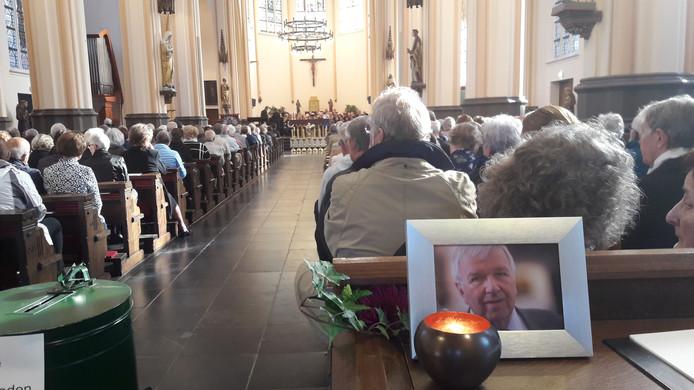 De Mierlose Luciakerk zat bomvol bij de uitvaart van pastoor Jacques Kloeg