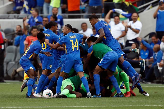 Spelers en reserves vieren de goal van van Juriën Gaari.