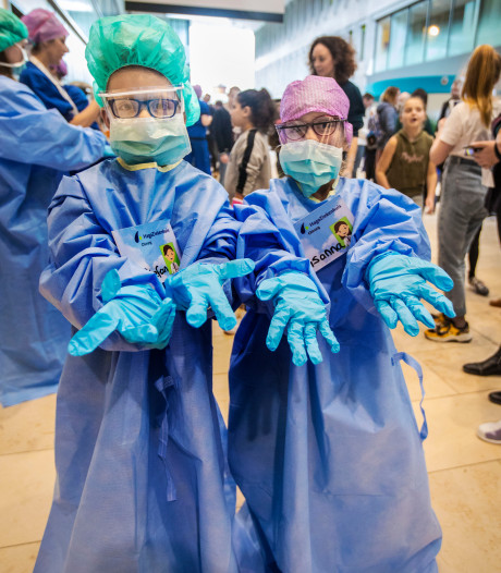 Kinderen trekken doktersjas aan en oefenen alvast op eigen pop