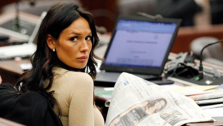 Nicole Minetti, voormalig mondhygiëniste van Berlusconi, leest in januari in een krant over Ruby. Beeld REUTERS