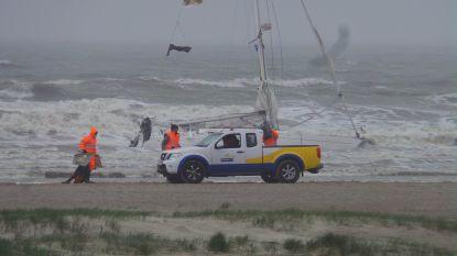 Zeilboot kapseist: Sea King moet twee drenkelingen uit zee halen
