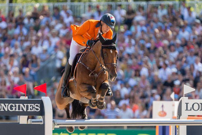Marc Houtzager en Sterrehof's Calimero waren donderdag goud waard voor Prague Lions tijdens de teamfinale van de Champions Tour.