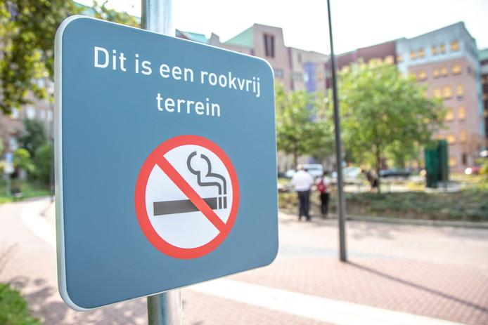 Ziekenhuis Isala in Zwolle en Meppel is sinds 1 september volledig rookvrij. Ook buiten op het ziekenhuisterrein mag niet meer worden gerookt.