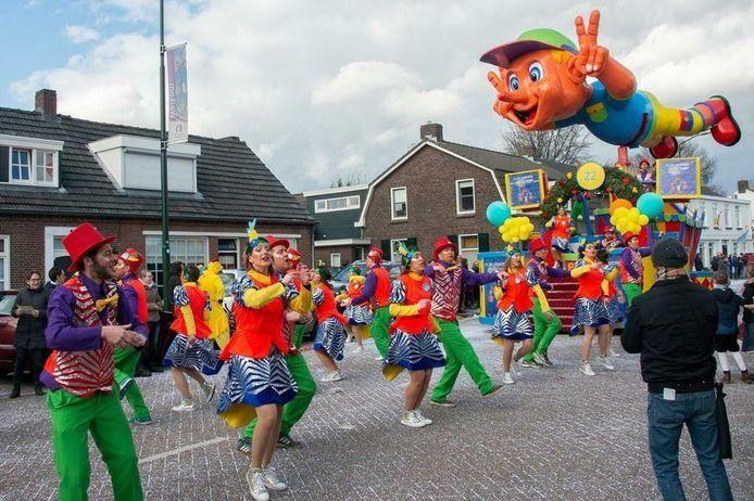 Een set met carnavalspakken die door Evi aangeboden wordt op Marktplaats.