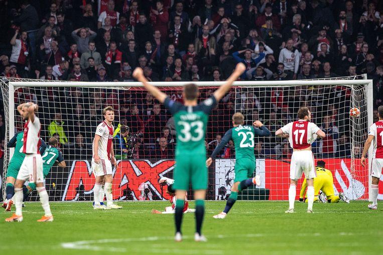 Lucas Moura (links) heeft gescoord. Tottenham juicht, ongeloof bij Hakim Ziyech, Matthijs de Ligt en Daley Blind.  Beeld Guus Dubbelman / de Volkskrant
