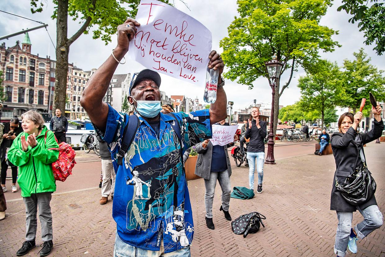 Amsterdammers betuigen woensdag hun steun aan burgemeester Femke Halsema.  Beeld Guus Dubbelman / de Volkskrant