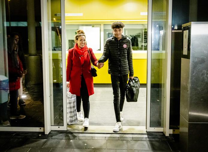 Daniel Buter verlaat het detentiecentrum, waar hij in de vreemdelingendetentie was gezet, met zijn advocaat Maartje Terpstra.