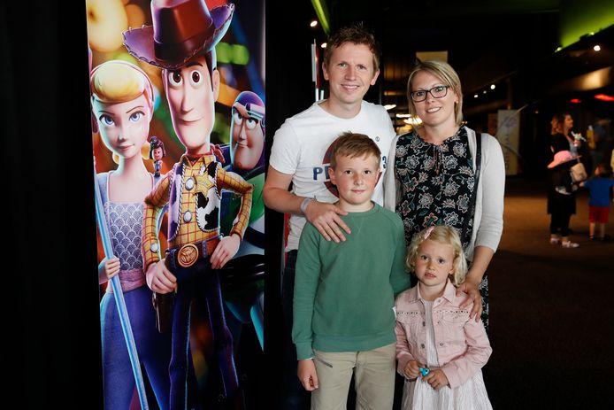 """De Buurtpolitie-acteur Tim Ost kwam kijken met zijn vriendin Celien en hun kinderen Lize en Tibe. """"Cowboy Woody blijft mijn favoriet."""""""