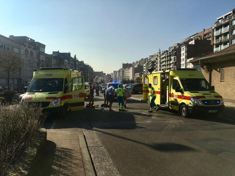 De ziekenwagens in de A. Ruzettelaan, vlak na het ongeval van woensdag.