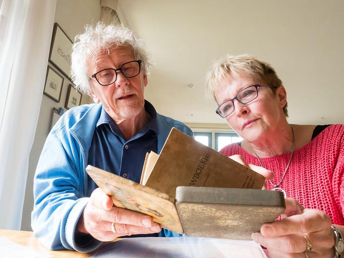 Chris Hoogendoorn en Sjanie Slingerland met het sigarendoosje met daarin het trouwboekje,  foto's en papieren van de Joodse familie Moses, die in de oorlog zijn omgebracht.
