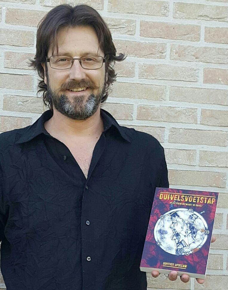 Gunther Opdecam met zijn roman.