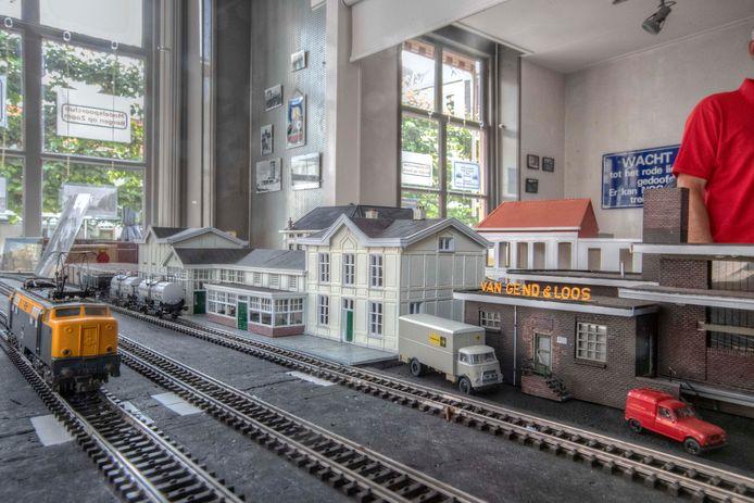 De Modelspoorclub Bergen op Zoom bouwt onder meer aan het NS-station.