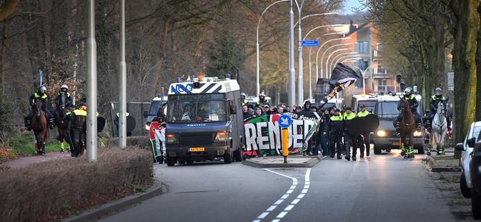 De NEC-fans vervolgden onder politiebegeleiding hun mars naar het stadion.