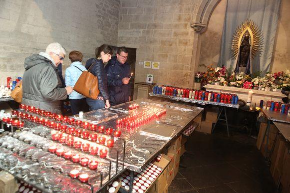 De bedevaarders branden allemaal kaarsjes in de Sint-Martinusbasiliek van Halle.