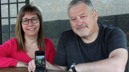 """Met selfie op teruggevonden gsm gaat koppel op zoek naar twee onbekende wielrenners: """"We willen hen bedanken voor hun eerlijkheid"""""""