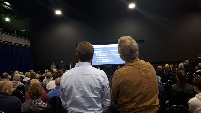 Bewoners van Dierenbos stellen vragen tijdens de informatieavond in Autotron.