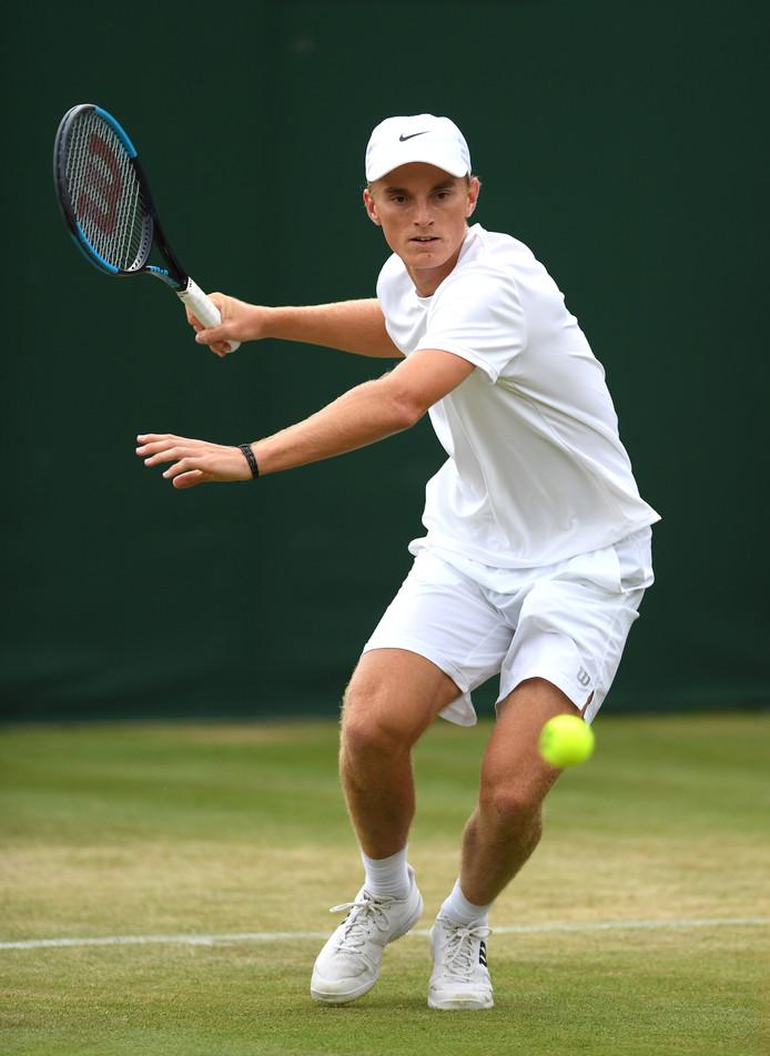 Tristan Schoolkate op Wimbledon in actie tegen de Amerikaan Toby Kodat.