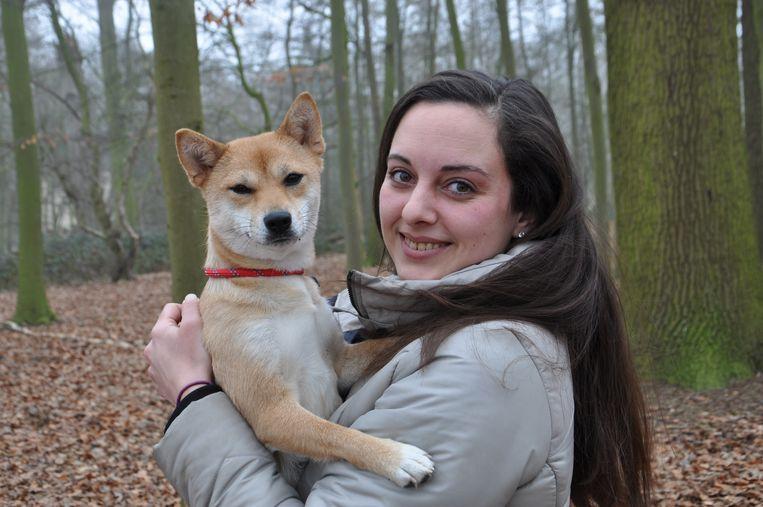 Tisha Aelterman na een fotoshoot met hond Lize.