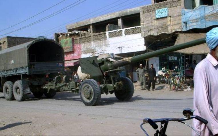 Een Pakistaanse vrachtwagen met zware wapens rijdt door het dorp Tank, in Zuid Waziristan. (AP) Beeld