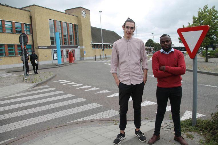 Bram De Wilde (links) en Valens Izere aan het station.