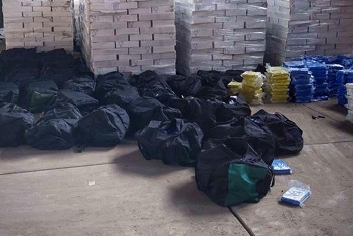 Aanleiding voor de aanhoudingen was de vangst van 4200 kilo cocaïne in april dit jaar in de haven van Antwerpen.