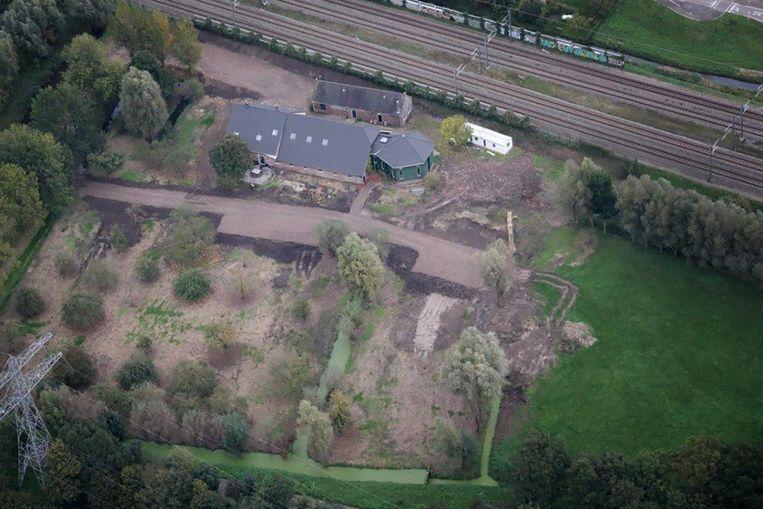 De woonboerderij in Nieuwer ter Aa, met het bouwrijp gemaakte perceel er omheen. Beeld Politie
